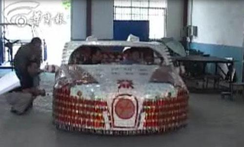 Автомобиль Bugatti Veyron из сигаретных пачек