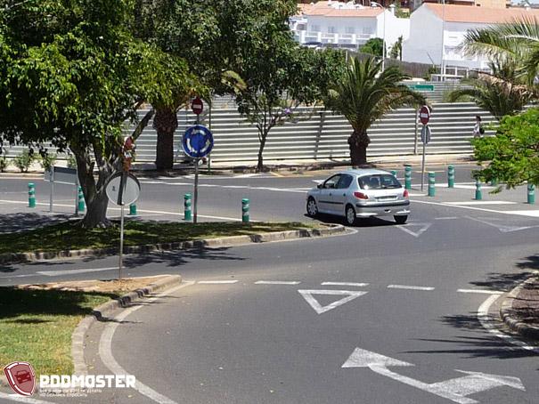 Столбики на островке безопасности в Испании
