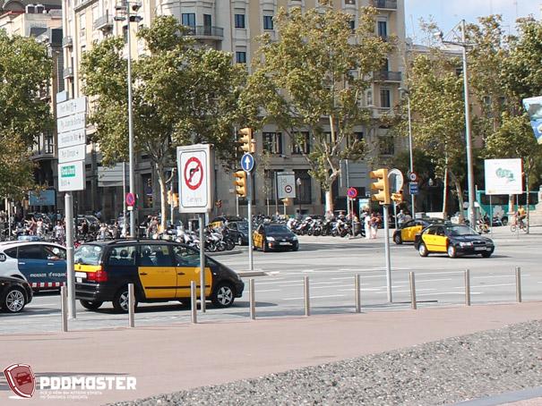 Столбики на тротуаре в Испании
