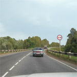 Знак обгон запрещен (3.20) и сплошная линия разметки (1.1) на дороге