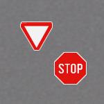 Знаки Стоп и Уступите дорогу