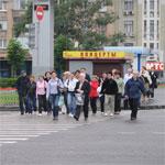 Толпа пешеходов на дороге